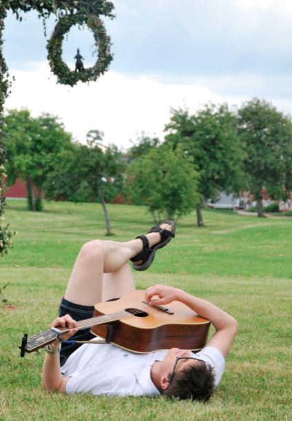 Den djefla mannen, han spelar gärna gitarr. Men vem står i ringen?