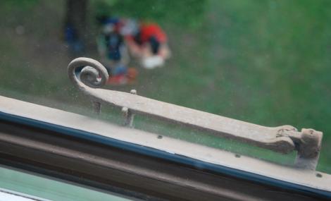 Jag skulle ta en bild på de campande öldrickarna ute i Humlegården, men kameran fokuserade på något vackrare: en fönsterhake från 1877.