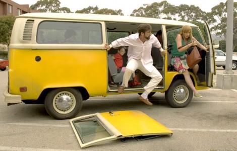 """Skådespelarna flygande ur en sådan i """"Little Miss Sunshine""""."""