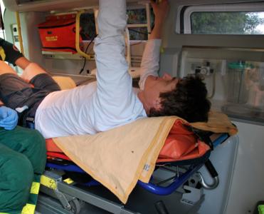 Här försökte den djefla mannen att riva handtagen från ambulansens inredning.