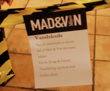 """""""Pga vandskade er denne del av Mad & Vin desverre lukket. Kiosk, Frugt & Grønt, Vinafdeling og chokolade holder åbent."""""""""""