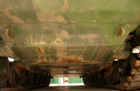 Man måste i sitt bildbibliotek ha en bild på undersidan av en stridsvagn.