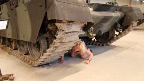 Vad gör jag under stridsvagnen?