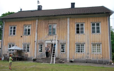 Boningshuset från 1862 målades senast 1923, men är i bättre skick än utsidan antyder.
