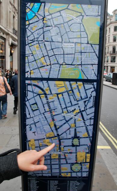 """I centrum finns perfekta kartor för oss utan lokalsinne och avståndsbedömning. """"Hit tar det fem minuter att gå"""" – underbart!"""