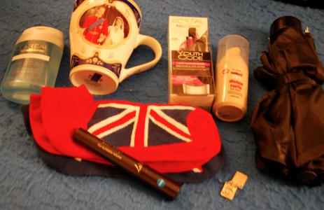 Orangeluvan köpte föryngringskräm, kortstrumpor, ett paraply, smink och borttagningsmedel till smiket, en berlock, lockspray och en mugg till mamma.