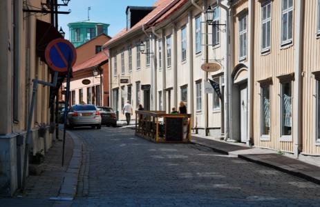Gamla staden i Eskilstuna, där det på ett par hundra meter ryms tiotalet frisörer, tre skönhetssalonger och två antikaffärer samt en ostbutik.