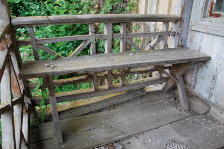 Här på verandabänken har ingen suttit på snart 40 år.