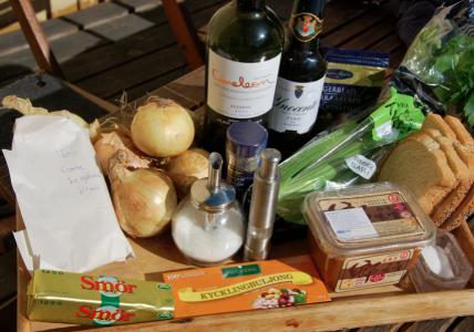 Smör, buljong, miso, salt, vitt bröd, selleri, lagerblad, sherry, vin, lök, ost, socker, peppar, timjan.