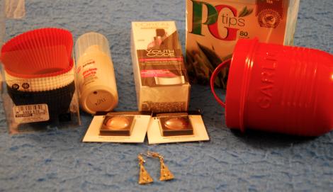 Jag köpte bullformar i silikon, föryngringskräm, markasitörhängen, smink, lockspray, vitlöksburk och te till pappa.