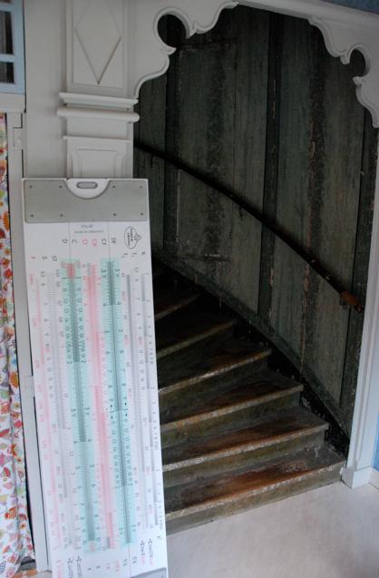 Observera gärna den gömda dörren i trappan: man tar loss en bit av ledstången för att ta sig in där!