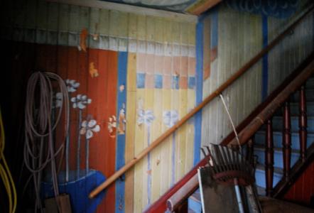 Blommig hall, ljusblå trappa.