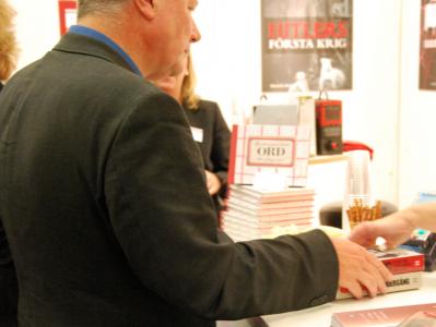 Lars Ohly köper böcker. Jag tar bild.