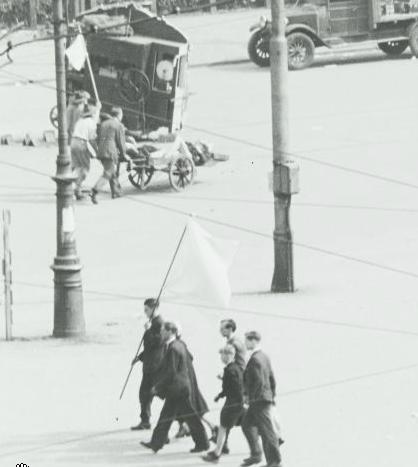 Mycket underligt: under en paus i skottlossningen kan man forsla undan skadade under vit flagg. Varför brydde sig de fulla tyskarna om att respektera vit flagg?