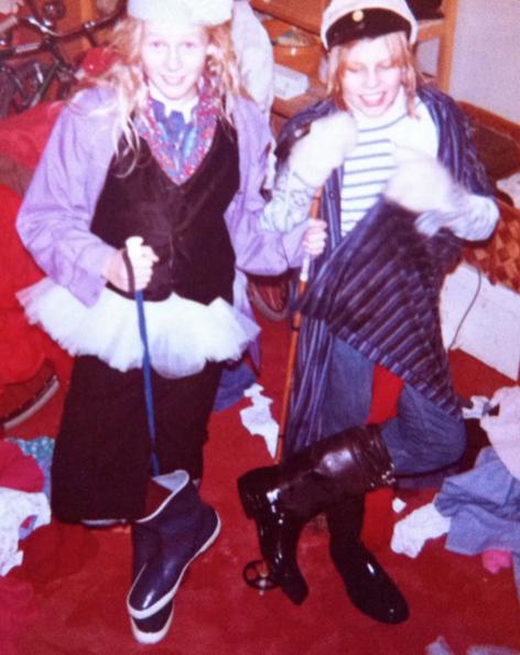 """Jag och Bittan 1976. Vi gick utklädda runt till alla grannar för att be om bidrag till """"Skit-klubben"""". (Det var meningen att den som lyssnade skulle tro att vi sa """"skid-klubben"""".)"""