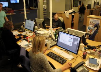Luleå-Anna och Bittan jobbar. (Jag står bakom och skriker order om att de ska se koncentrerade ut och att den där SAOL på bordet är alldeles för gammal.)