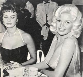 Sophia Loren spanar in Jayne Mansfields silverbricka.