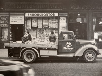 Tidningsbil på 1950-talet, tror jag. (Rätta mig gärna.)