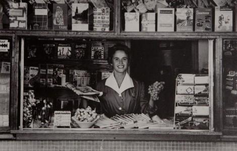 Tjej i kioskluckan, kanske runt 1960. (Rätta mig gärna.)