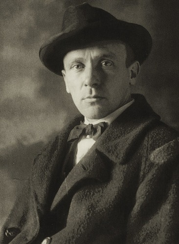 Bulgakov ser snäll ut. Fast bister.