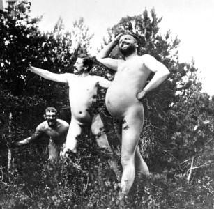 Heidenstam (med magen) och Fröding – Albert Engström hukande i bakgrunden.