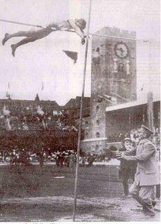 Claes Gille hoppar 3,60 m i stav i OS 1912. Och landar i en liten grushög.