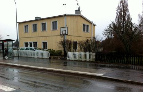 Vårt hus 2012. (Det vita/mossgröna staketet ska rivas i vår.)