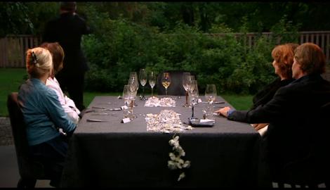 Här lämnar Johan Rheborg middagsbordet och de andra fyra stjärnorna sitter till synes förstenade av skräck ity de aldrig någonsin förut sett en rörd människa i den konstnärliga branschen.