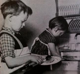 """Bildtext: """"Hushållslekarna omfattas av barnen med djupaste allvar och hör ofta till de mest uppskattade sysselsättningarna."""""""