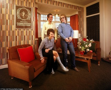 Fnitteranfall, posering, ultramoderna möbler och tapeter. Samt ett par ormskinnsstövlar med matchande blus. Foto: John Olson.