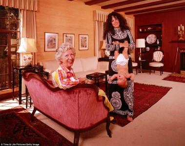 """""""Ja, håll ungen uppåner! Såja, så ler ni båda två och tittar hit! Perfekt!"""" Foto: John Olson."""