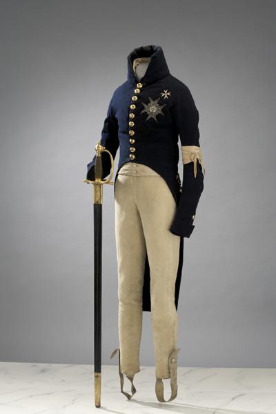 """När Gustav IV Adolf arresterades 1809, hade han på sig just exakt den här uniformen. Livrustkammaren förklarar trasan på vänsterärmen så här: """"Det är en vit, knuten duk – som Gustav III:s revolutionstecken."""""""