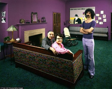 Frank Zappa i lila brallor med vikveck. Foto: John Olson.