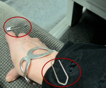 Nerifrån och upp: gem och slejf, snyggt armband – och en säkerhetsnål!