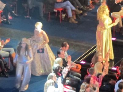De tre programledarna har precis de klänningar och byxdressar som mina barbiedockor hade 1974.