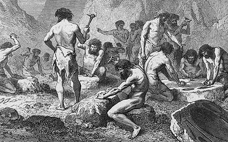 Typiska stenåldersmän i full färd med att tillverka hålfotsinlägg.