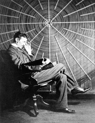 """""""Sätt dig framför den där högfrekv… öh, spiralmojängen och håll i en tjock bok och se ut som om du tänker!"""". (Den tjocka boken heter """"Theoria Philosophiae Naturalis"""".)"""