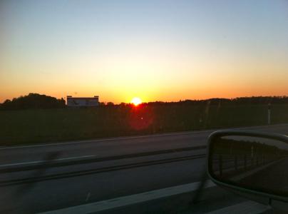 Soluppgång på motorväg.