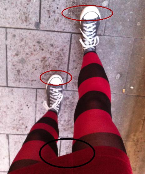 De röda ringarna är strumpgömmor, den svarta är grentrubbel. (Jag ställde mig bakom en reklamskylt och drog upp och fixade till, för att sedan lättat klampa vidare med lite större steg.)