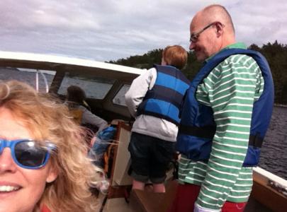 Först såg jag ut så här, alldeles normal med min kompis Hasse i hans båt.