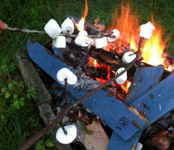 Vi slog ihjäl en rutten trädgårdsstol och eldade upp några marsmallows.