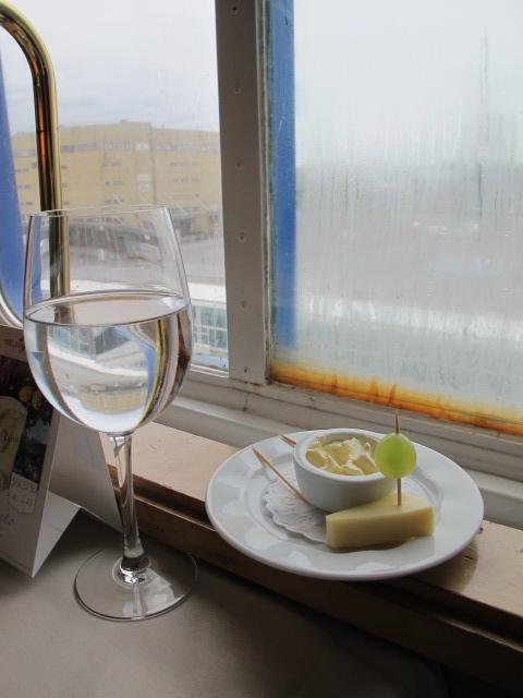 Som de sybariter vi är, avnjöt vi delikatesserna med ett glas vatten för 20 kr. Och båtfönstret har sett bättre dagar, ja.