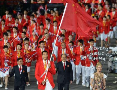 Yi Jianlian (2,13 m) bar flaggan, för det är sedan 1984 tradition att en basketlirare gör det för Kina.