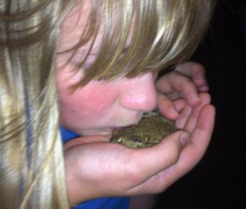 Tolvåringen pussade en padda. (Dock utan resultat.)