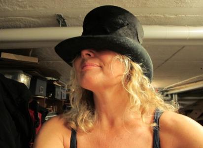 En hög hatt som jag skulle kunna få på mig även med cykelhjälm på huvudet.