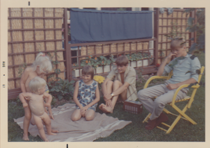 Jag och Broder Jakob (alltid, alltid nakna) och farbror Stens tre barn som är 9-17 år.