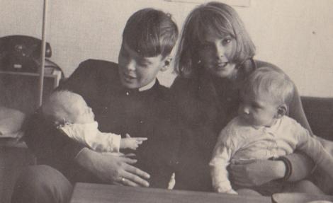 Här är jag fem veckor och faster Ullas barn är 2–17 år gamla.