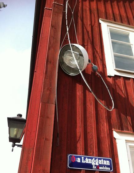 I Säter sätter man upp enorma lampor lite på en höft.
