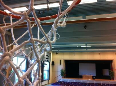 Men det bästa återstod: föreläsningslokalen var en aula/gympasal!