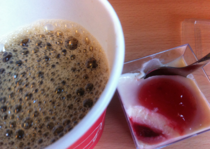 Det enda intressanta på tåget var att jag fick drack kaffe med skum som aldrig försvann och äta en liten bakelse som smakade blöt bomull.